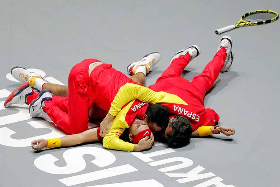 رافائل نادال اسپانیا پس از پیروزی در بازی برابر دنیس شاپووالوف کانادا و برنده شدن در جام دیویس در مادرید، اسپانیا