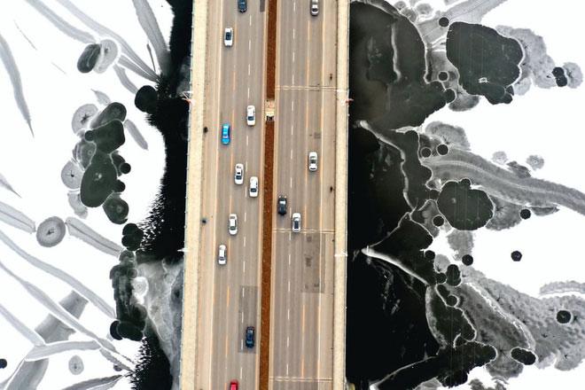 یک پل روی بزرگراه یخ زده در چین