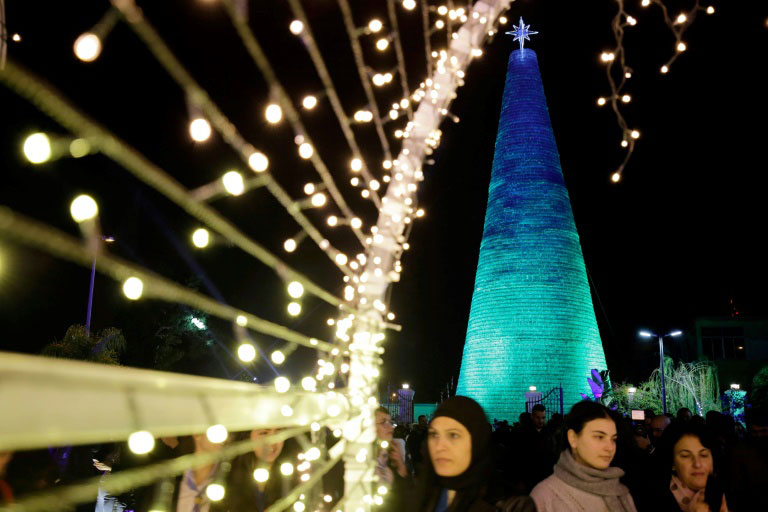 درخت کریسمسی ساخته شده از بطری خالی آب معدنی در لبنان