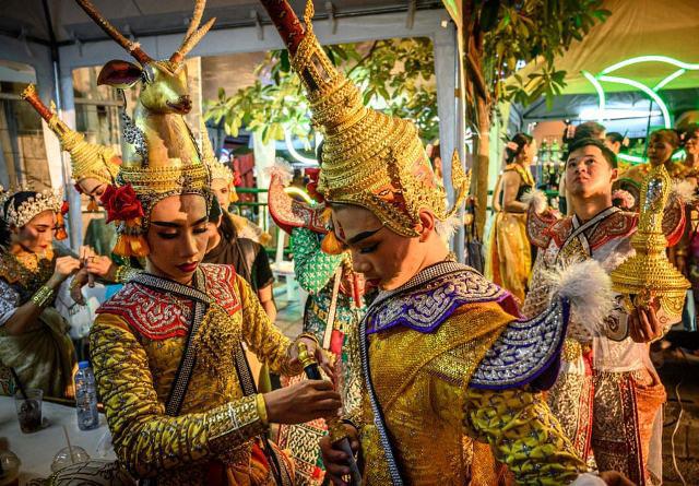 آماده شدن برای شرکت در یک کارناوال خیابانی در شهر بانکوک تایلند