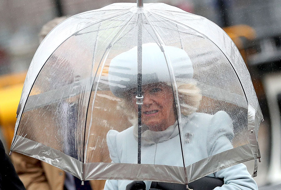 کامیلا دوشس کورنوال زیر چتر
