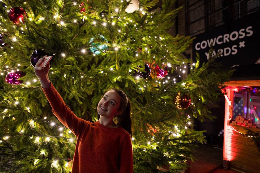 عکس سلفی کنار یک درخت کریسمس در لندن