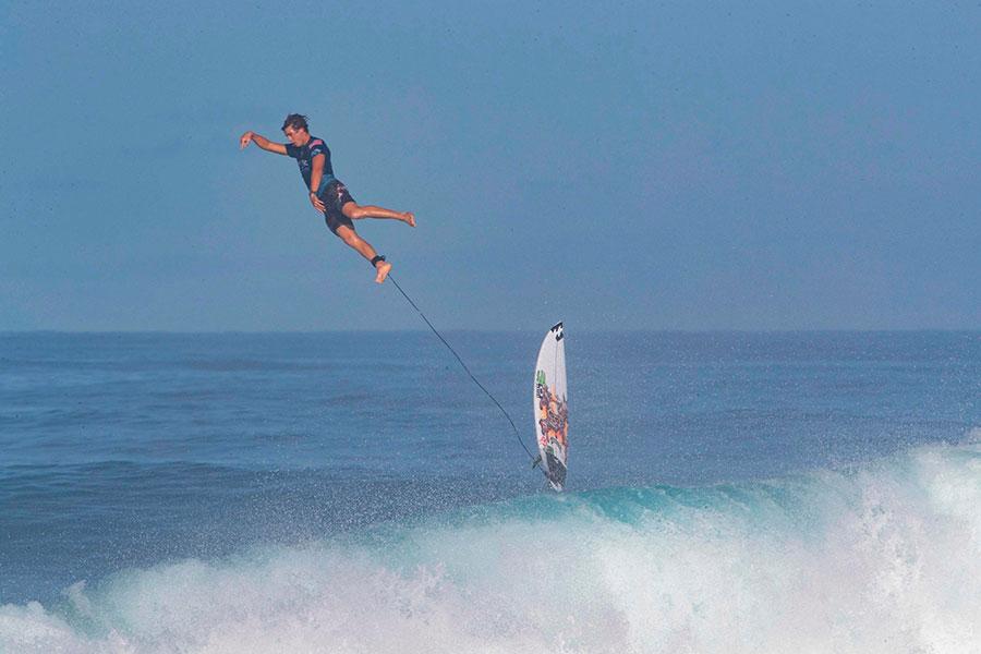 پرتاب موج سوار از روی تخته موج سواری در هاوایی