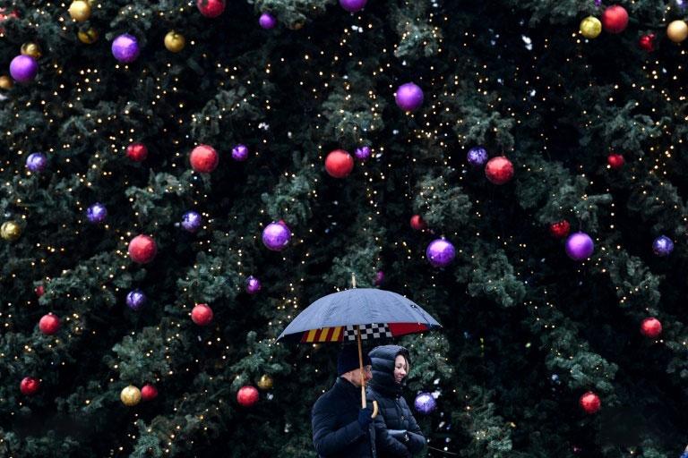 یک زوج در مقابل درخت کریسمس در مسکو