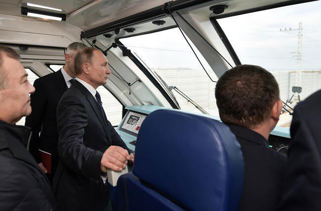 ولادیمیر پوتین رییس فدراسیون روسیه در آیین افتتاح خط آهن روسیه به شبه جزیره کریمه