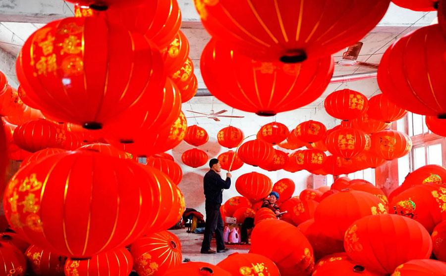 آماده سازی فانوسهای قرمز در آستانه جشنواره بهاری در چین