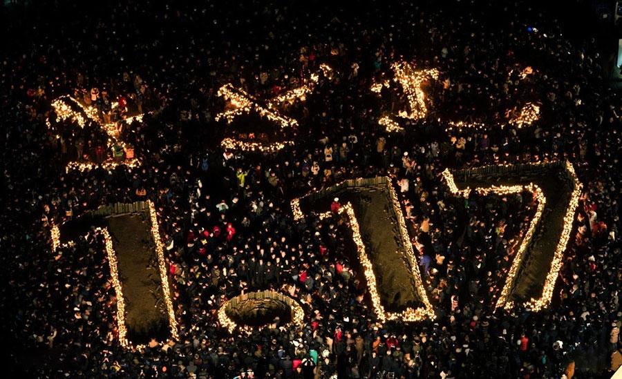 روشن کردن شمع ها به یاد جانباختگان زمین لرزه 6.9 ریشتری سال 1995 در کوبه ژاپن