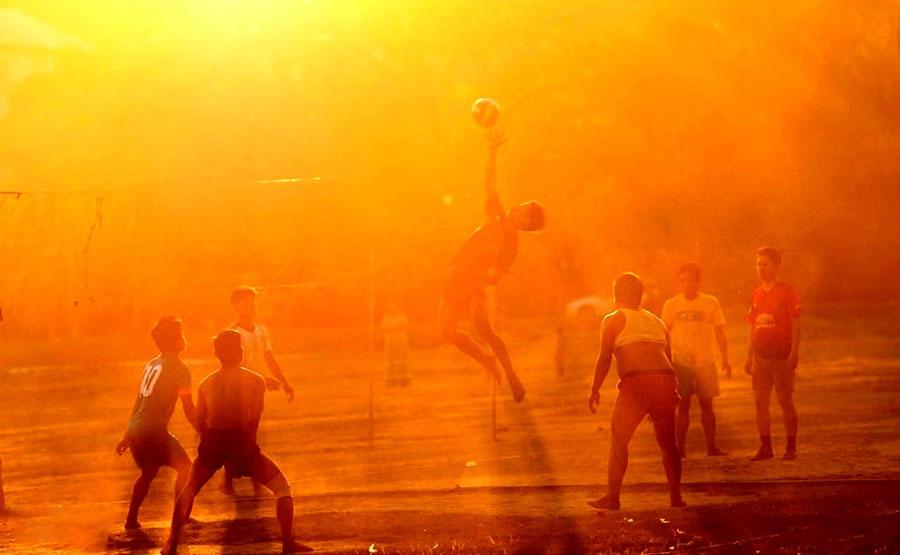بازی والیبال در هنگام غروب آفتاب در نایپیدا و میانمار