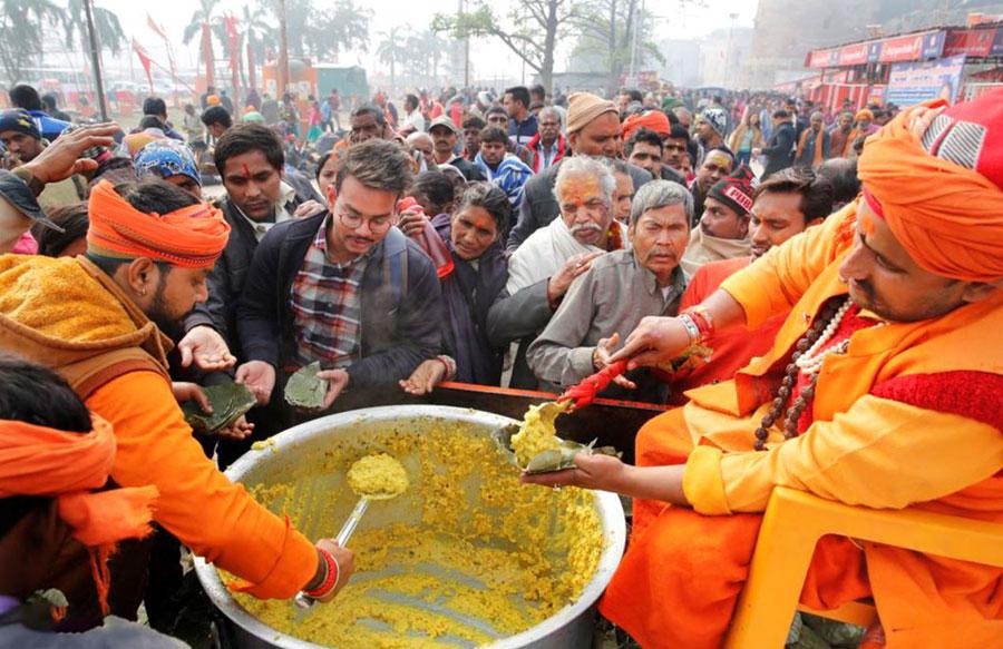 غذای رایگان در حاشیه فستیوال ماکار سانکرانتی در شهر اللهآباد در شمال هند