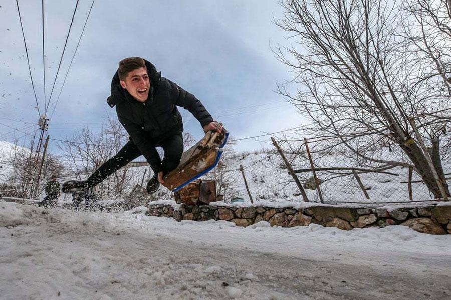 برف بازی یک پسر در وان ترکیه