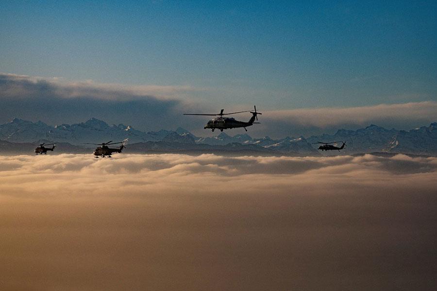 هلیکوپتر حامل دونالد ترامپ رئیس جمهور آمریکا در آسمان داووس