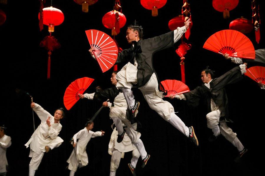 نمایش اعضای یک گروه چینی در امان پایتخت اردن