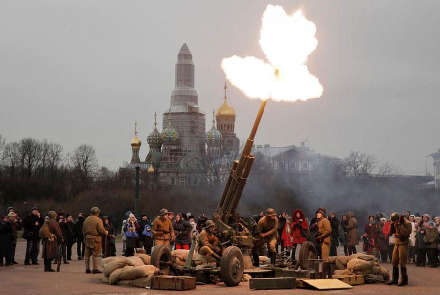 در شهر سنپترزبورگ روسیه هفتاد و ششمین سالگرد آزادی شهر لینینگراد گرفته شد