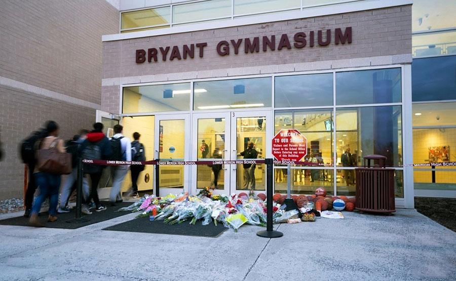 یاد بود جان باختن کوبی برایانت بسکتبالیست آمریکایی در ورودی سالن بدن سازی برایانت در پنسیلوانیا