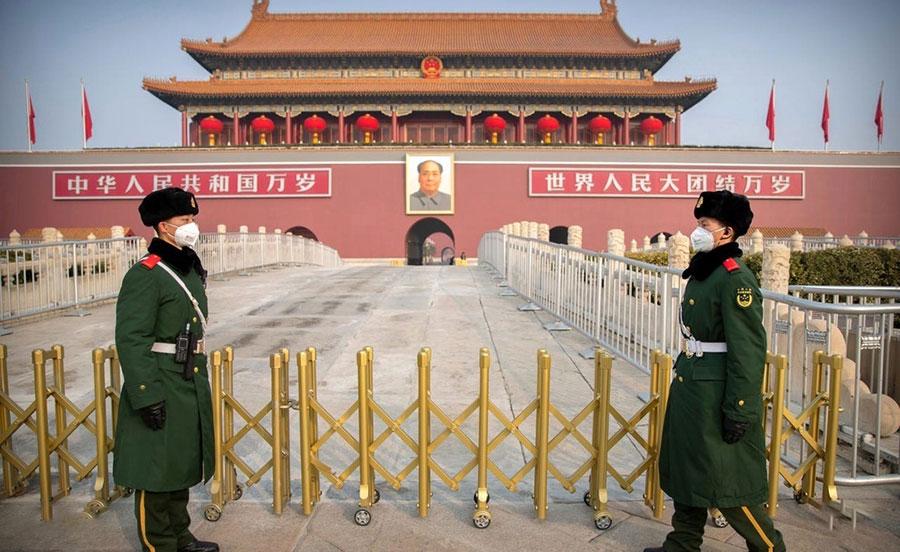 پلیس چین با ماسک در میدان تیان من