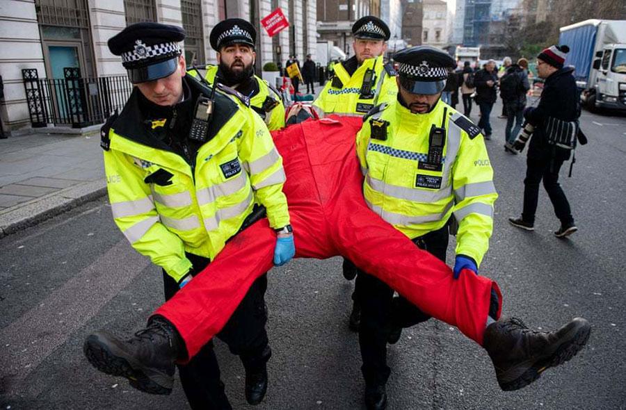 بازداشت یک معترض در لندن