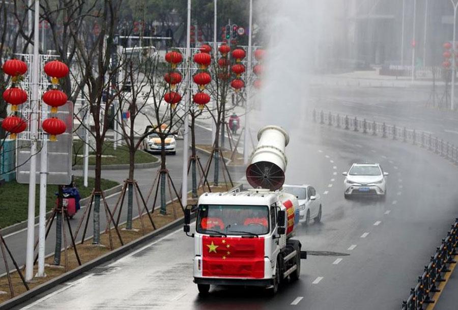 ضدعفونی کردن خیابانهای شهر ووهان چین