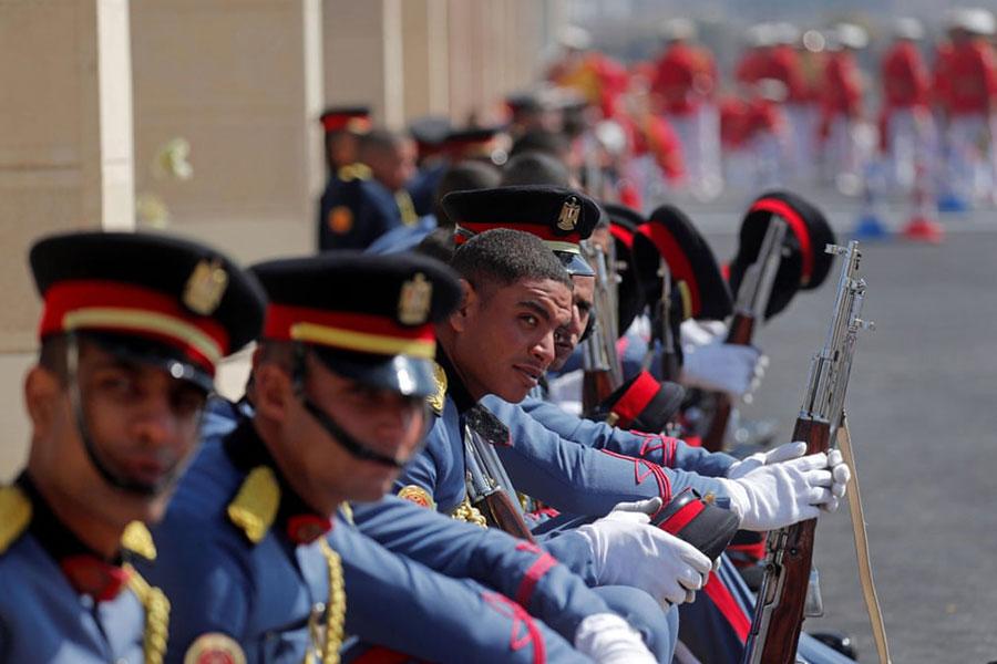 گارد احترام ارتش مصر در مراسم تشییع حسنی مبارک در مقابل مسجد مارشال محمد حسین طنطاوی در شهر قاهره
