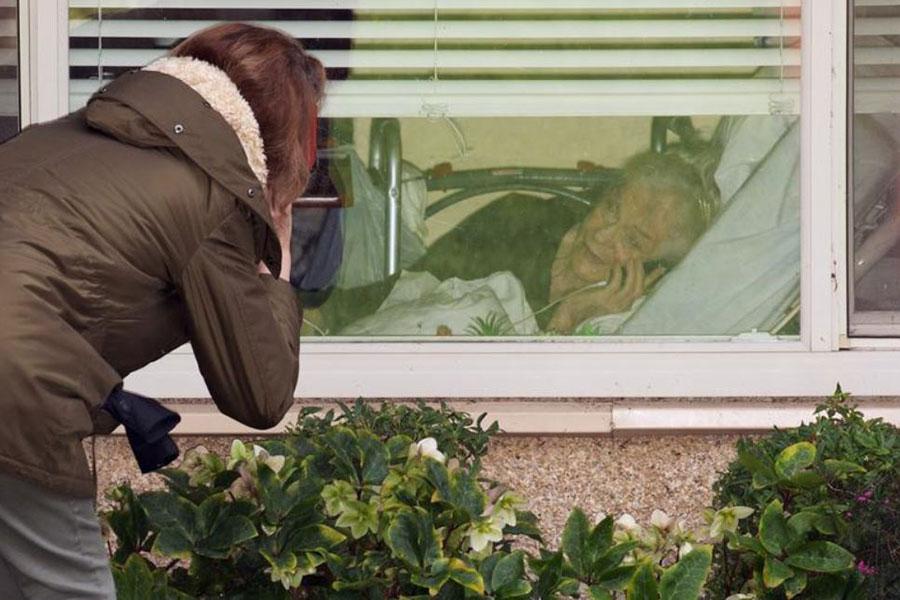 صحبت تلفنی دختر با مادر 81 ساله کرونایی از پشت پنجره قرنطینه در شهر کرکلند در ایالت واشنگتن آمریکا