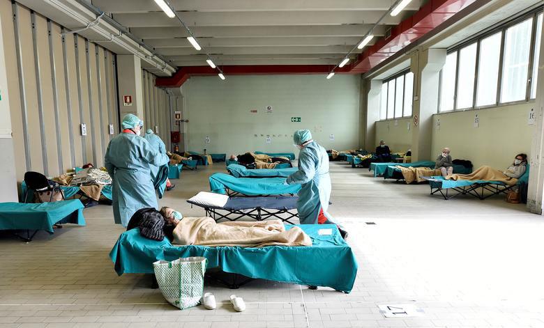 بستری کردن بیماران نه چندان بدحال و غیر اورژانسی کرونا در راهروهای بیمارستانهای ایتالیا