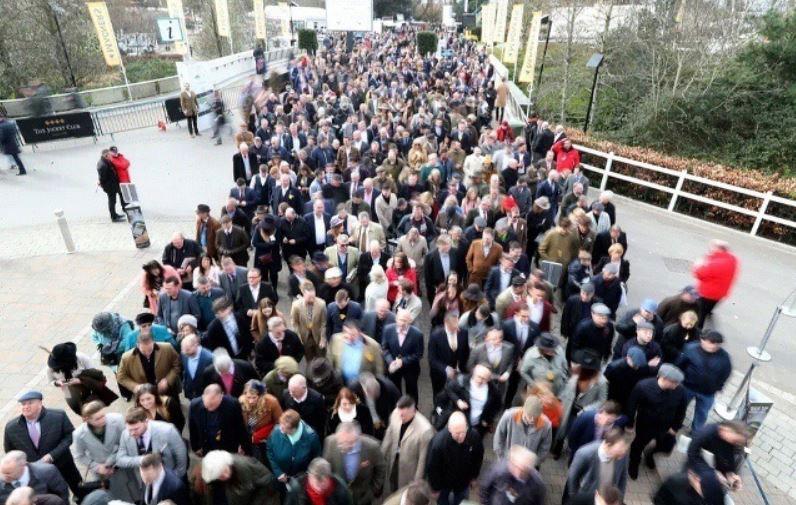 ازدحام شرکتکنندگان در فستیوال سالانه اسب سواری چنتلهام بریتانیا به رغم هشدارها درباره شیوع کرونا