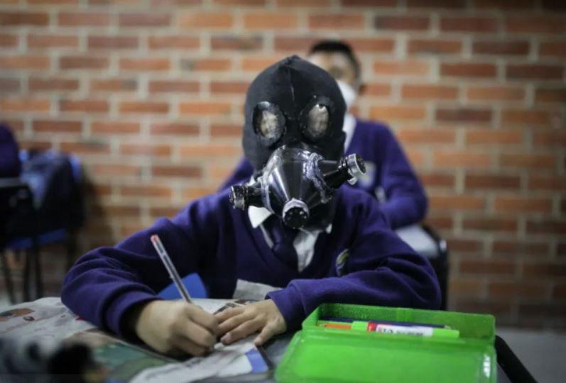 دانشآموز آمریکایی در کلاس درس و با ماسک دست ساز، ایالت کالیفرنیا