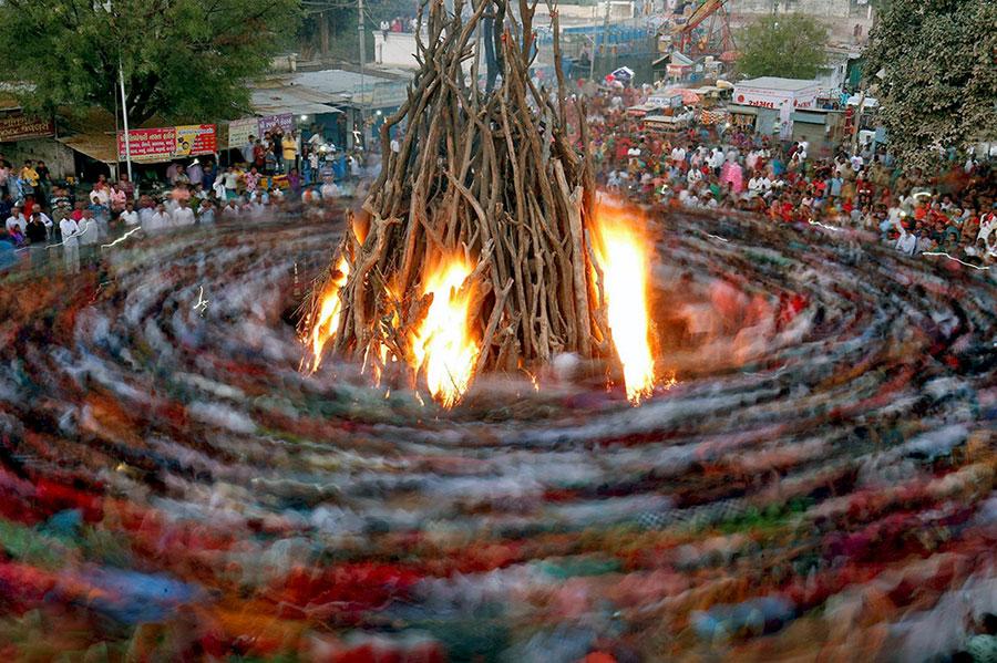 آیینی موسوم به هولیکا داهان که بخشی از جشن های جشنواره هولی است، در احمدآباد هند