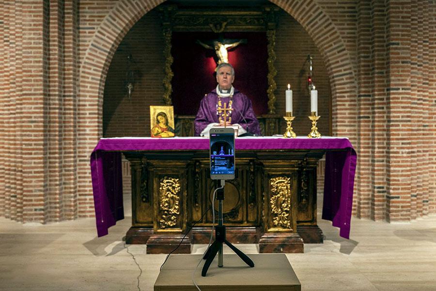 برگزاری مراسم مذهبی در کلیسا بخاطر شیوع کرونا در پوزوئلو دی آلارکون، حومه مادرید، اسپانیا
