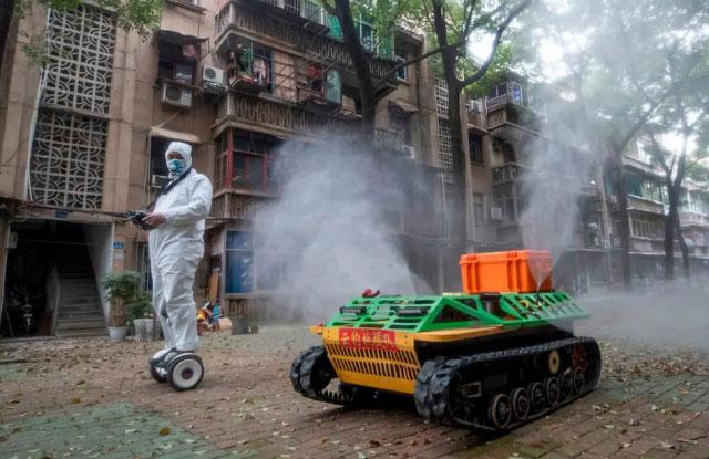 روبات ضدعفونی کننده اماکن عمومی در شهر ووهان چین