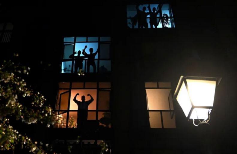 تشویق شبانه کادر درمانی اسپانیا از پشت پنجره و بالکن خانهها در دوران قرنطینه خانگی در شهر مادرید