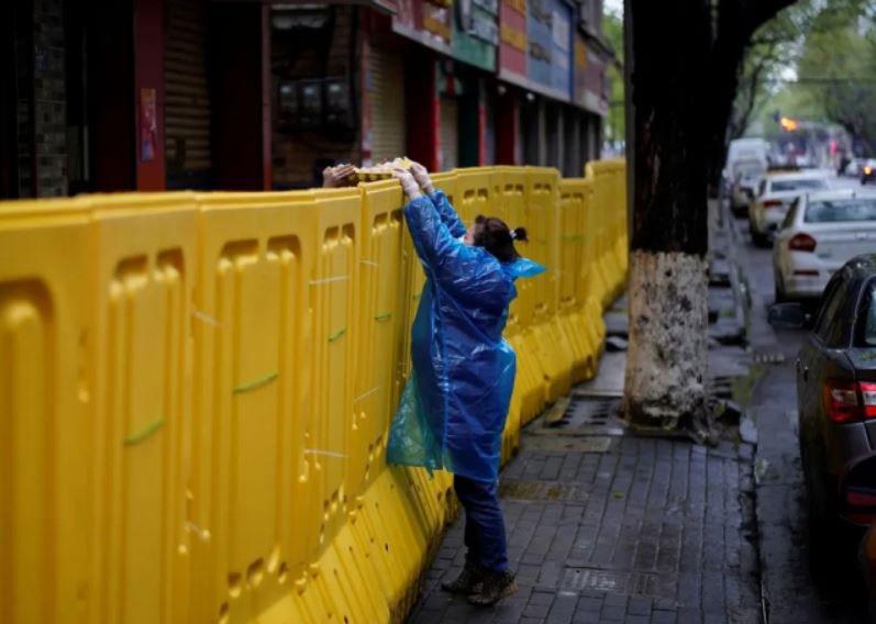 دریافت تخم مرغ در مرزهای قرنطینه در شهر ووهان چین