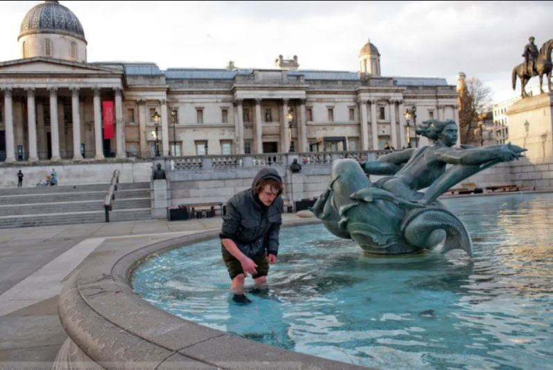 مرد بیخانمان انگلیسی در روزهای خلوتی در میدان ترافالگار لندن