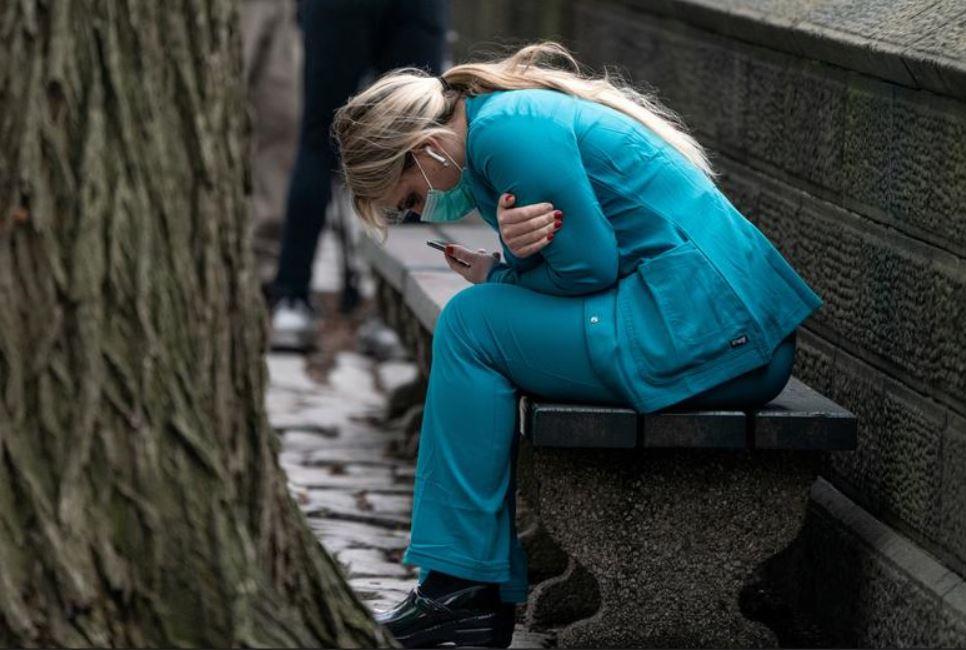 استراحت یک نیروی کادر درمانی شهر نیویورک آمریکا در سنترال پارک
