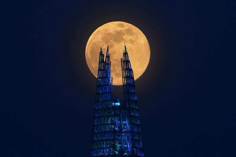 اَبَر ماه در لندن