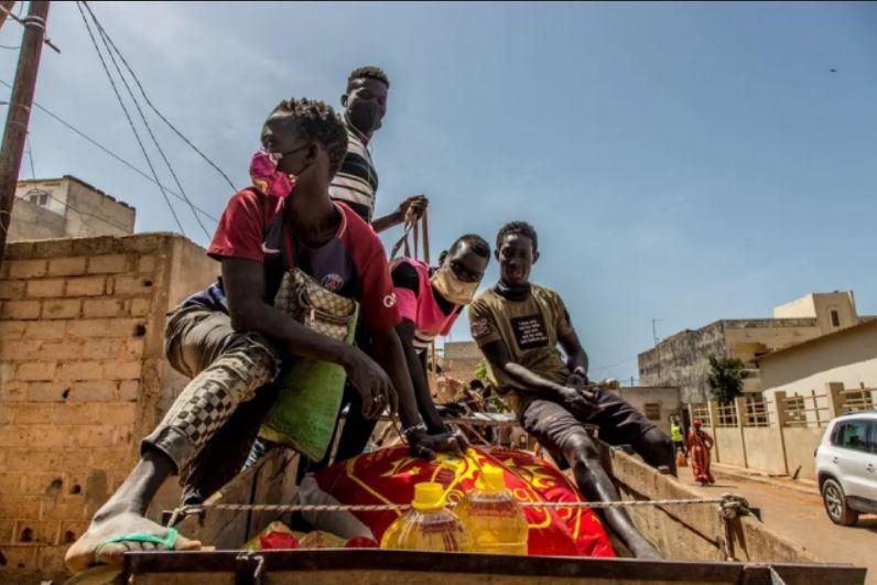 توزیع مواد غذایی بین فقرا در شهر داکار کشور آفریقایی سنگال