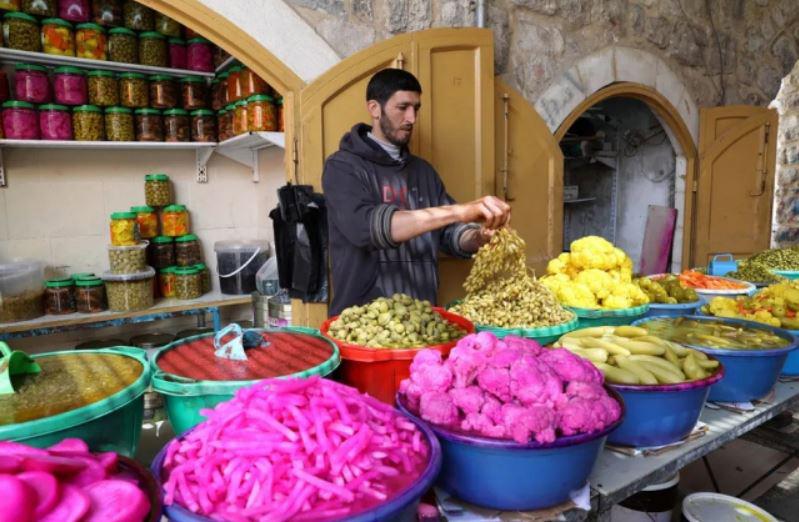 غرفه فروش ترشیجات در بازار رمضانی در شهر الخلیل در کرانه باختری فلسطین