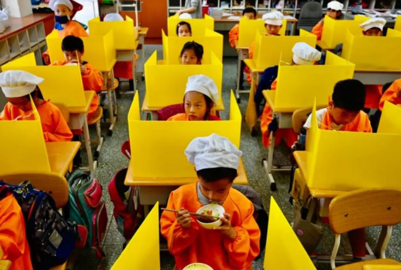 ناهار دادن به دانشآموزان مدرسهای در تایوان با رعایت پروتکلهای بهداشتی جلوگیری از شیوع ویروس کرونا