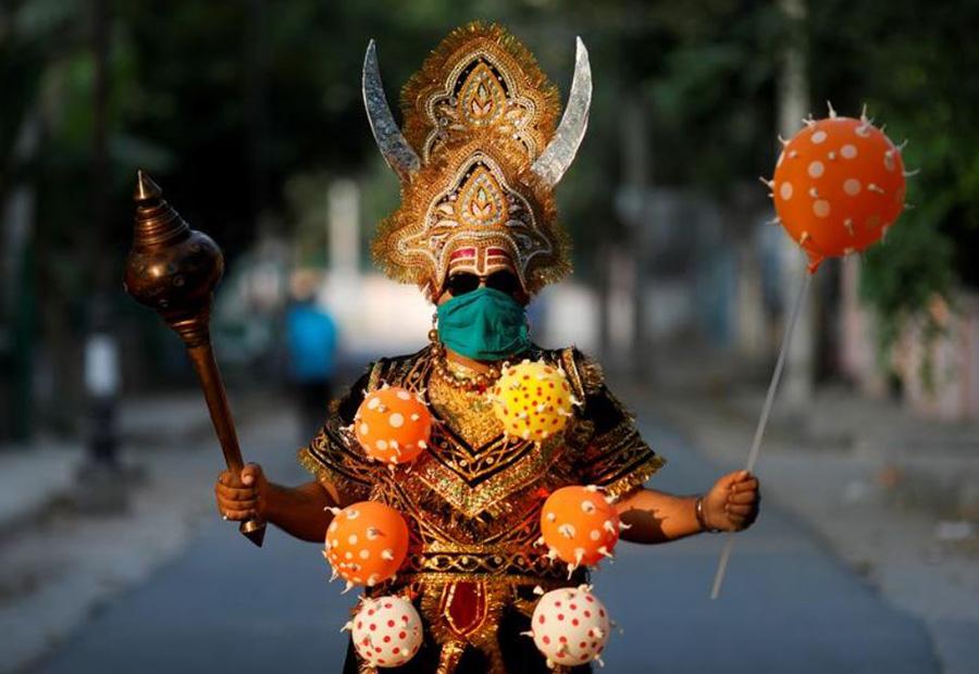 پلیس هند برای هشدار به مردم به منظور ماندن در خانه به شکل و شمایل یامراج (خدای مرگ مذهب هندو) در آمده است.