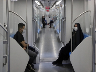 جلوگیری از ورود مردم بدون ماسک به مترو