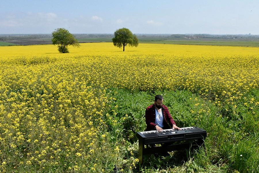 معلم موسیقی جمیل سیلان در منطقه بافرا در سامسون، ترکیه پیانو می نوازد