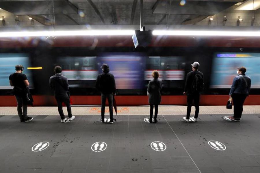 انتظار مسافران برای رسیدن واگن قطار در ایستگاه مترو در شهر نیس فرانسه