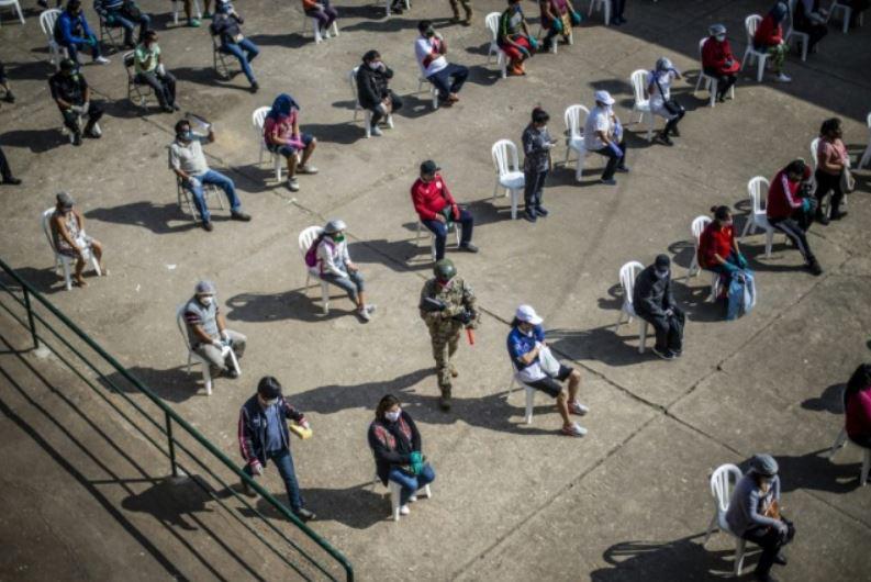 انتظار کارکنان بازاری در شهر لیما پرو برای انجام تست کرونا و بازگشت به سر کار