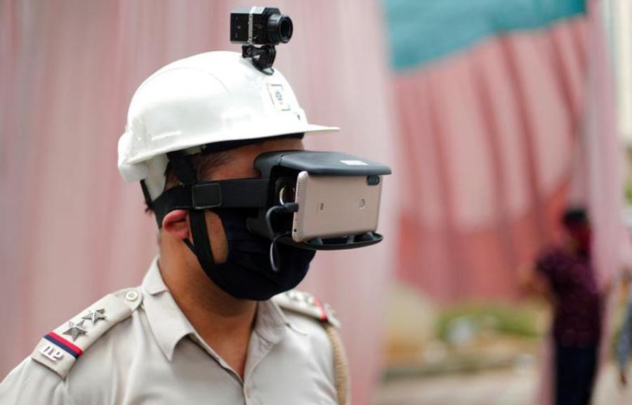 دستگاه حرارت سنج دمای بدن عابران در یک ایستگاه بازرسی پلیس در شهر دهلینو هندوستان