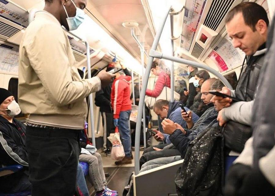 مترو تقریبا شلوغ شهر لندن در یک روز عادی کاری پس از پایان محدودیتهای قرنطینه سراسری
