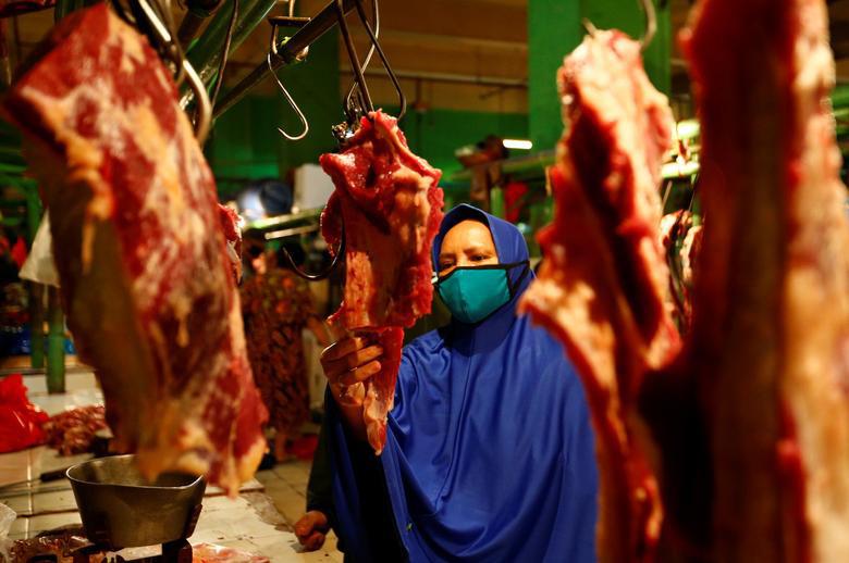 خرید شب عید فطر در بازاری در شهر جاکارتا اندونزی