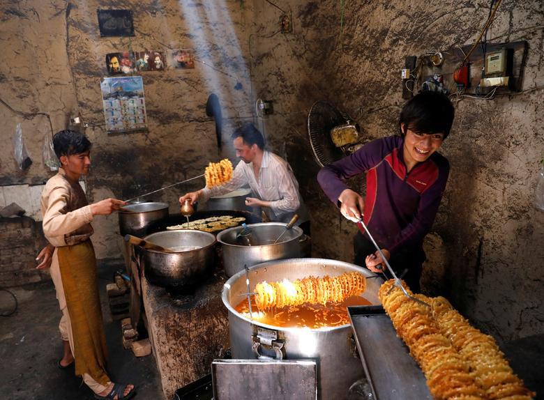 درست کردن زولبیا و بامیه در یک کارگاه در شهر کابل افغانستان