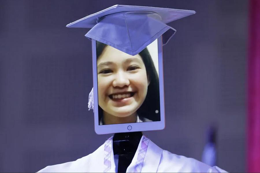 مراسم فارغالتحصیلی مجازی در دبیرستانی در شهر مانیل فیلیپین
