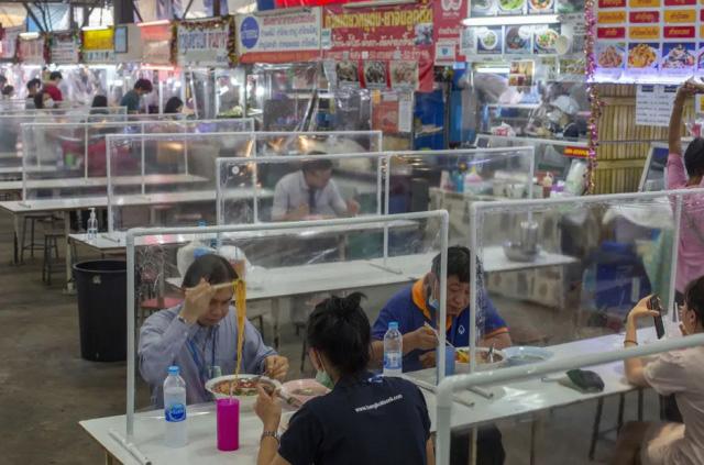 تدابیر ویژه فود کورت یک مرکز تجاری در شهر بانکوک تایلند برای سلامت مشتریان در برابر ابتلای احتمالی به کرونا