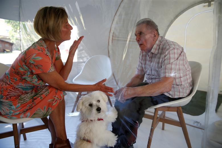 ملاقات یک زن و شوهر در خانه سالمندان در شمال فرانسه