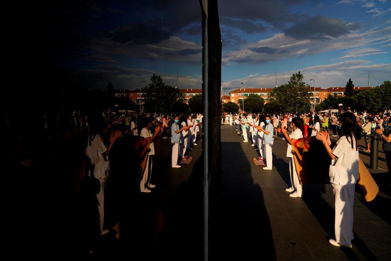 گردهمایی اعتراضی پرستاران و کادر درمان بیمارستان لاپاز در شهر مادرید اسپانیا با درخواست افزایش پرسنل درمانی